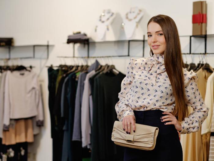 Персональный шоппер помогает клинту грамотно подобрать одежду