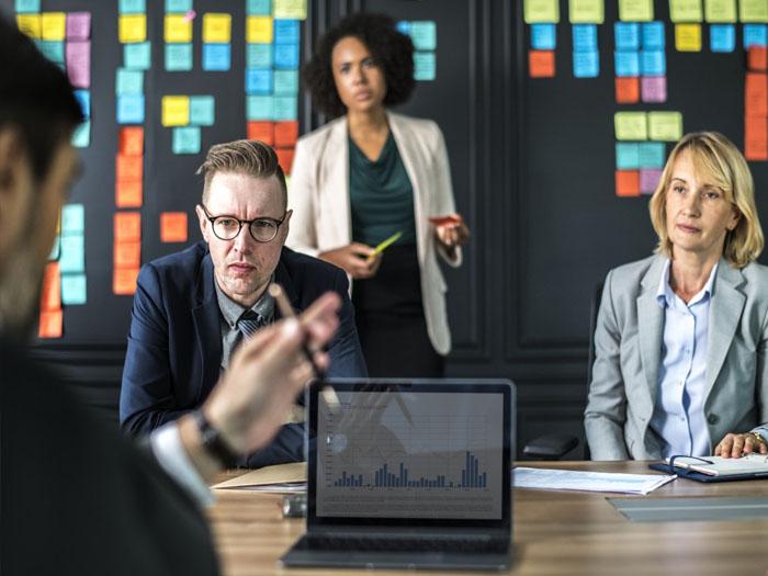 После принятия решения уйти с текущего места работы, следует создать резюме, и показать себя с положительной стороны работодателям
