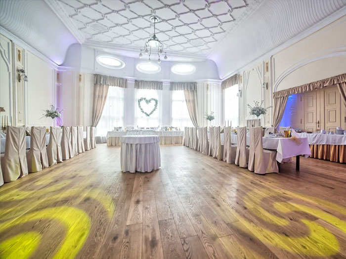 Свадебное агенство берет на себя оформление помещения, фото и видео съемку, проведение всего мероприятия