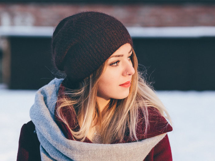 В зимнее время в офис можно приходить в шапке темных тонов, и так же использовать шарф без ярких цветов