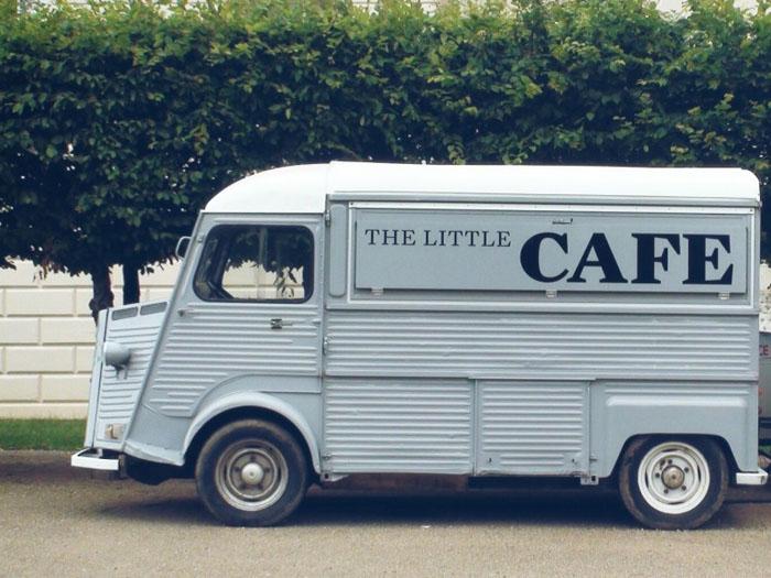 Фургончик с кофе, можно легко переставить в другое место, и занимает не так много места