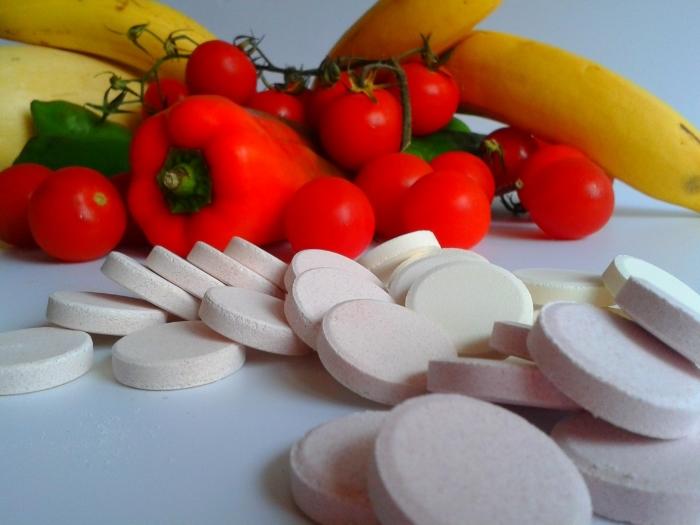 Летом и зимой нужно поддерживать витамины в организме с помощью овощей и фруктов, а так же витаминными комплексами