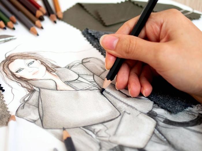 Модельер за рисованием одежды