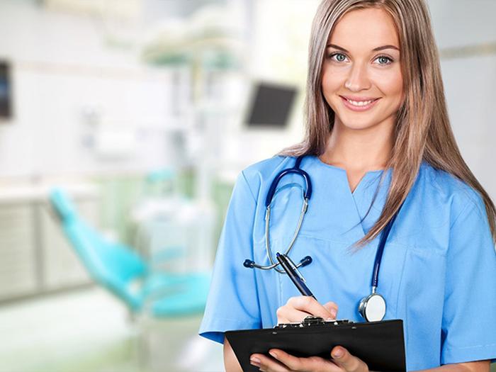 Женщина медсестра