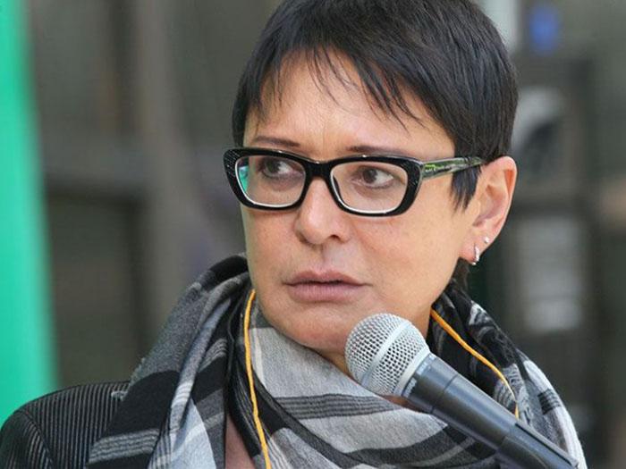 Ирина Хакамада перед микрофоном