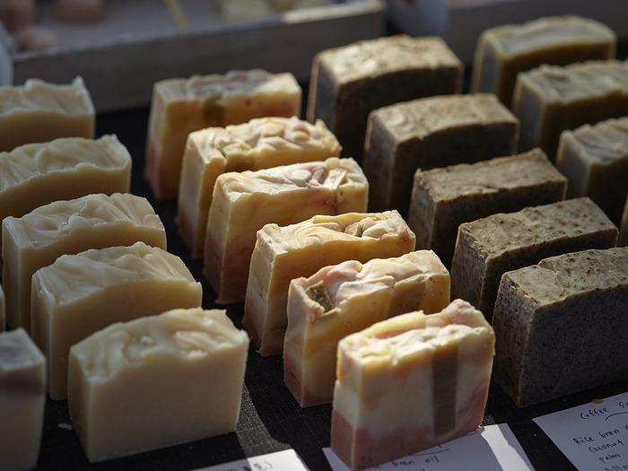 Простое кусковое мыло с различным добавлением масел обычно продают на вес