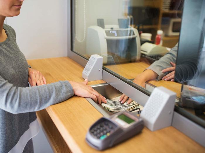 В обязанности кассира-операциониста входит проверка документации, пересчет денег, перевод и выдача средств