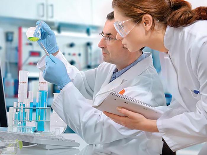 Сотрудник производственного процесса принимает участие в разработке лекарств