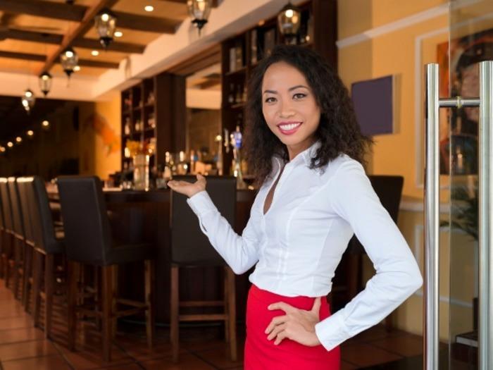 Хостес в ресторане считается хозяином зала, он должен встречать и сопровождать гостей