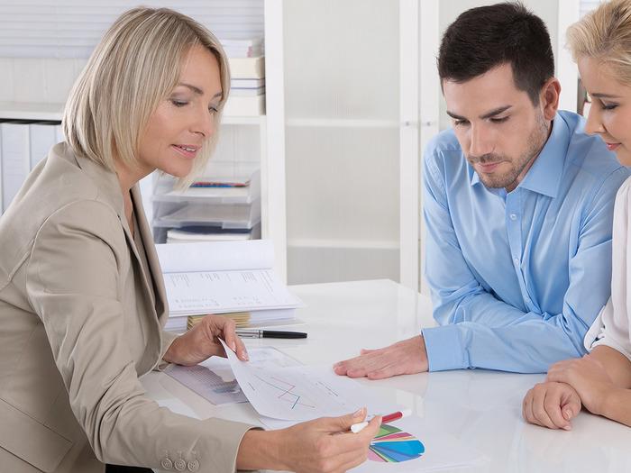 Менеджер-консультант проводит операции по вкладам, занимается отчетностью, консультирует по выбору типа кредитования