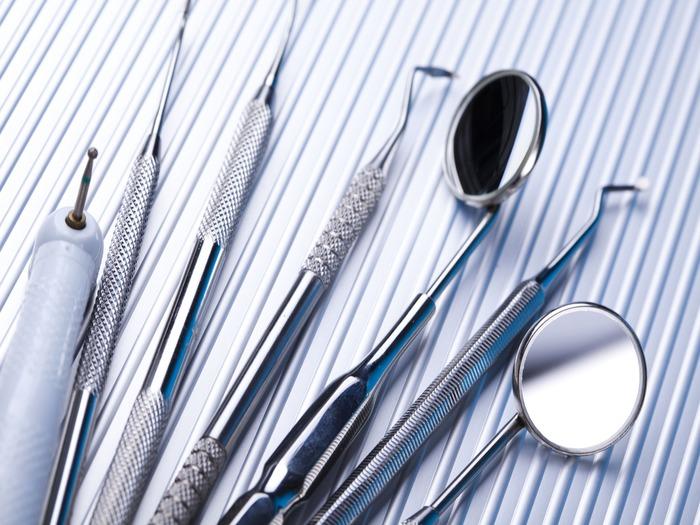 Специалисту предстоит работать с разными стоматологическими инструментами