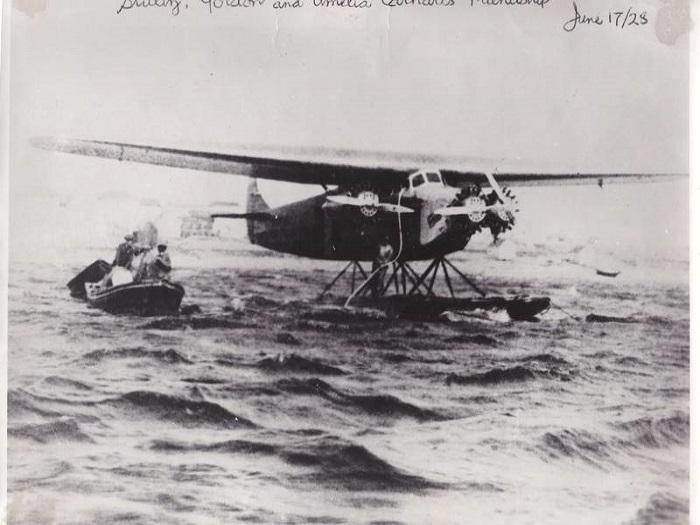 Самолет Эрхарт на воде